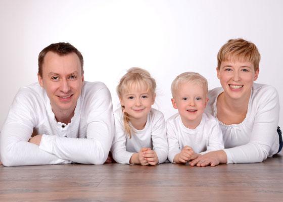 modernes Familienfoto im Fotostudio in Teltow