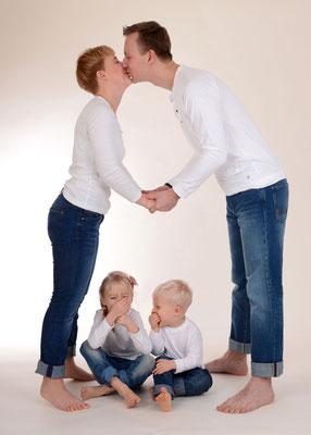 witziges Familienfoto im Fotostudio in Teltow