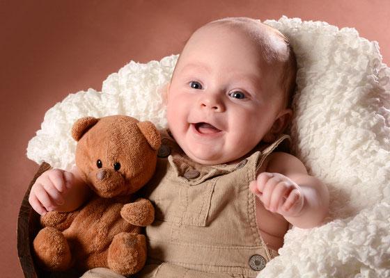 Baby mit Teddy im Fotostudio in Teltow
