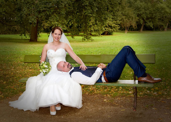 Hochzeitsfoto auf der Bank