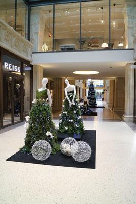 Weihnachtsdekoration Kaisergalerie Mannequins, gekleidet in Haute Couture aus Tanne