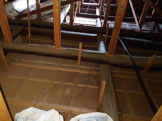 昔の作りの家は天井裏に余裕があります。
