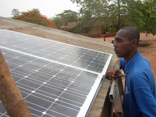 Anbringen der Solarpanels auf dem Schuldach