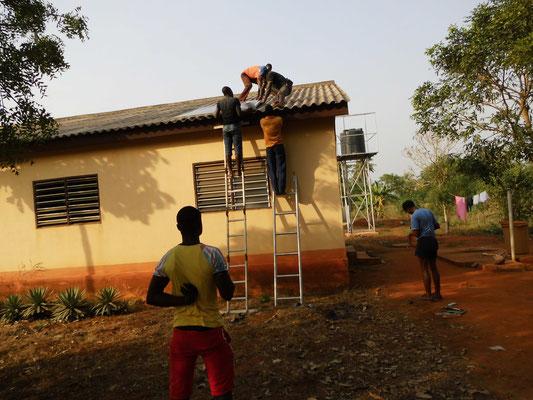 Anbringen der Solarpanels mit Hilfe von einheimischen Elektrikern
