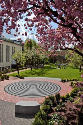 Der Garten der Religionen liegt direkt vor dem Kapitelsaal