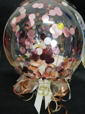 Ballon gefüllt mit Geld und Konfetti