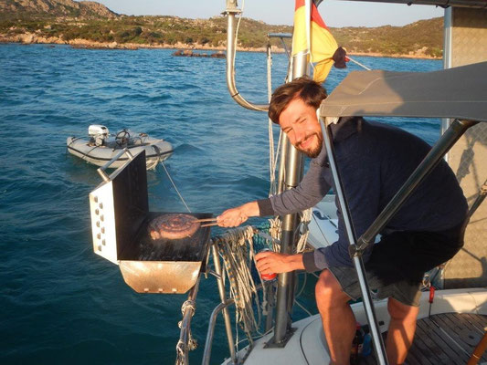 An Bord bei Freund Dirk gibt es einen Grill. Das kommt auf der JOJO auch noch
