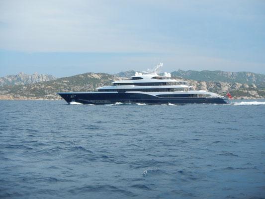 Megayacht vor Sardinien an der Costa Smeralda