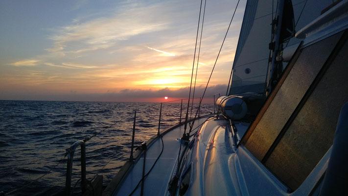 Endlich Sonnenaufgang! Die Nachtwache war anstrengend. Nach 32 Stunden haben wir unser geliebtes Sardinien wieder erreicht.