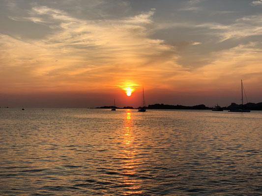 Sundowner vor Anker in der Bucht den Sonnenuntergang genießen.