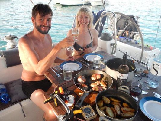Friedel und Cindy. Auf der Segelyacht JOJO. Top Verpflegung an Bord !
