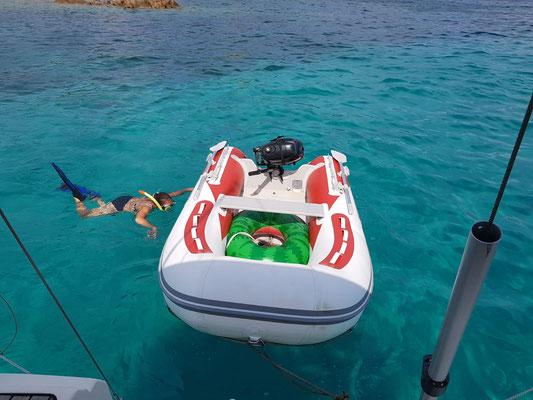 Unterwasserarbeiten an dem Beiboot, Nicky am Schnorcheln