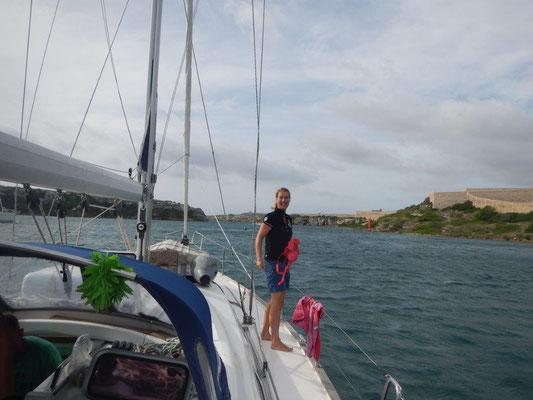 Menorca, die schmale Einfahrt nach der lange Segeltour