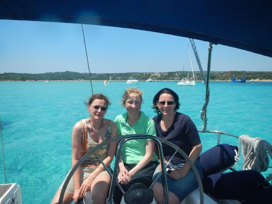 Die 3 Mädels vor einer der super Buchten im Mittelmeer bei Sardinien