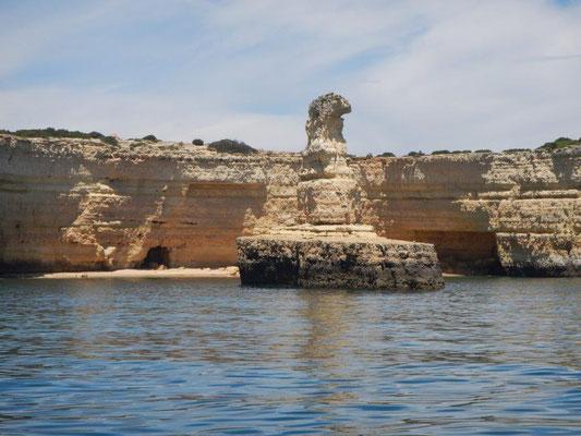 Die Felsküste von der Algarve von der Yacht aus erleben