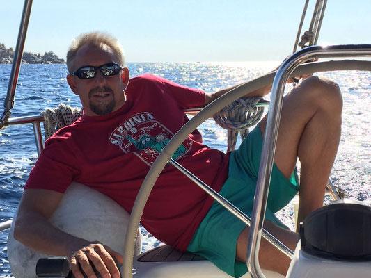 Skipper Jochen bei harter Arbeit mitsegeln Sardinien