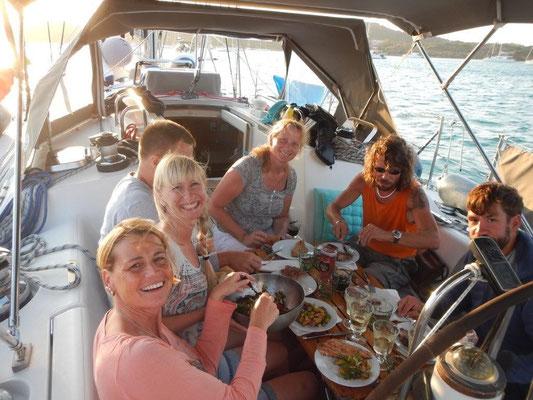 Skipper Dirk und Jochen haben ihre Crews für einen gemütlichen Abend zusammen gebracht