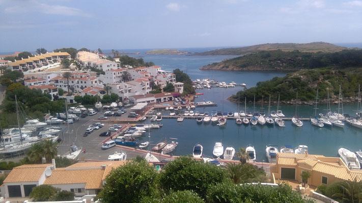 eine Fjord -artige tief eingeschnittene Bucht Cala di Addaya. Segeltörn mitmachen auf der Jojo