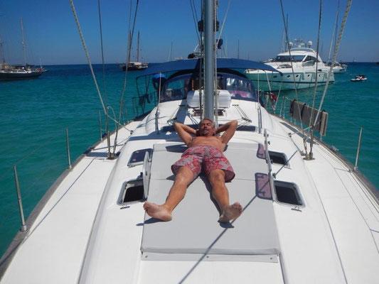 Skipper Jochen relaxt auf dem Vorschiff seiner Yacht