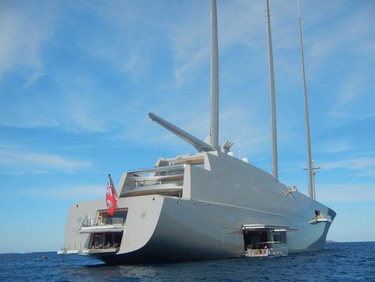 Megayacht mit abgedrehtem Design