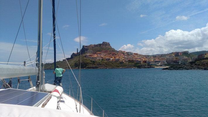 Wir laufen Castelsardo an. Eine angenehme Marina im Norden von Sardinien. Segeltörn auch für Alleinreisende mitsegeln