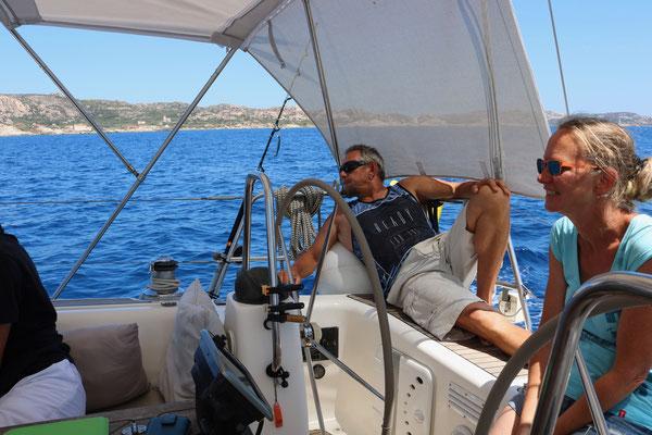 Der Skipper ist voll konzentriert bei der Arbeit. Segeltörn zwischen Korsika und Sardinien.
