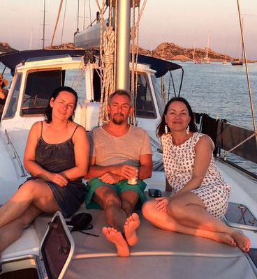 Sybille, Jochen und Sandra erwarten den Sonnenuntergang.