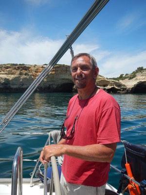 Skipper Jochen am Steuer seiner JOJO