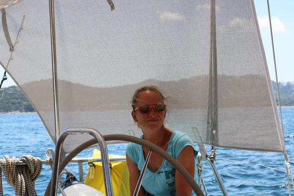 Bordfrau Nicky auf dem Segeltörn vor Sardinien auf der Segelyacht Jojo