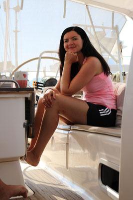 Anna auf der Yacht. Segeln mit klasse Leuten.