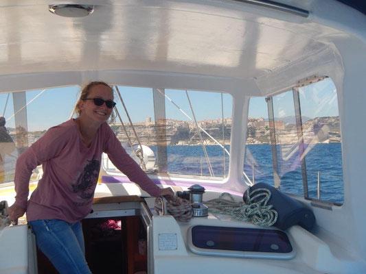 Das Deckshaus mit Nicky im Vordergrund und Bonifacio im Hintergrund komfortabeles Segeln mit Skipper