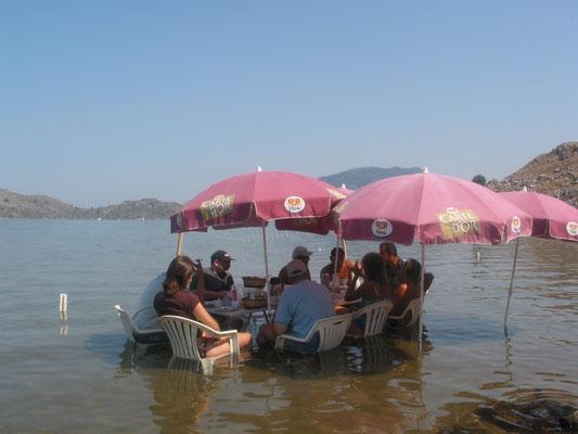 Bei Ilhan haben sich alle wohl gefühlt. Frühstück im Wasser. So kann man die heißen Temperaturen aushalten.