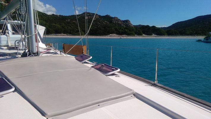 Sonnenliege auf dem Vorschiff der Jojo Segeltörn auf privater Segelyacht im Mittelmeer