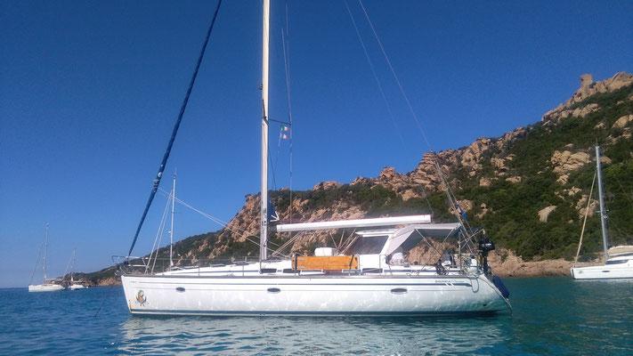 Die Jojo liegt in der Bucht vor Sardinien