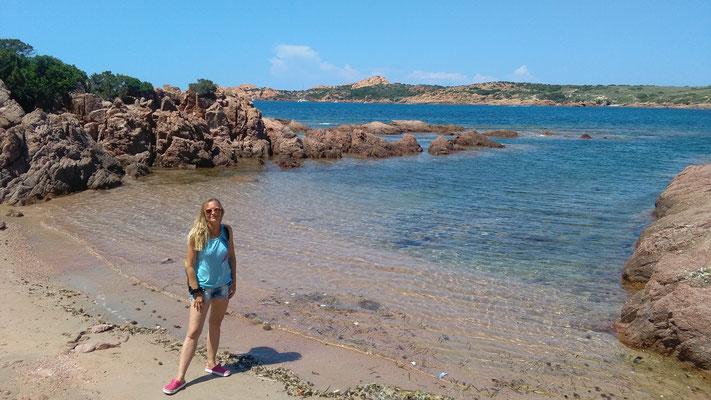 Bordfrau Nicky an unserem Privatstrand. mitsegeln Sardinien Korsika auf der Jojo