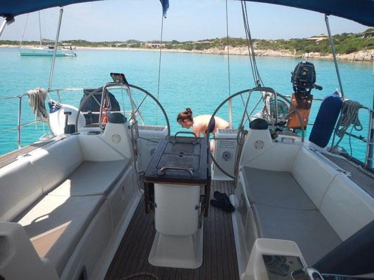 Das Cockpit der Jojo Segeltoern mitmachen zwischen Sardinien und Korsika