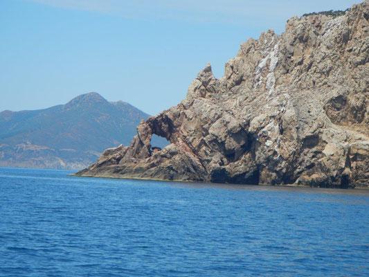 Bizarre Felsen von der Bucht Cala Domestica.