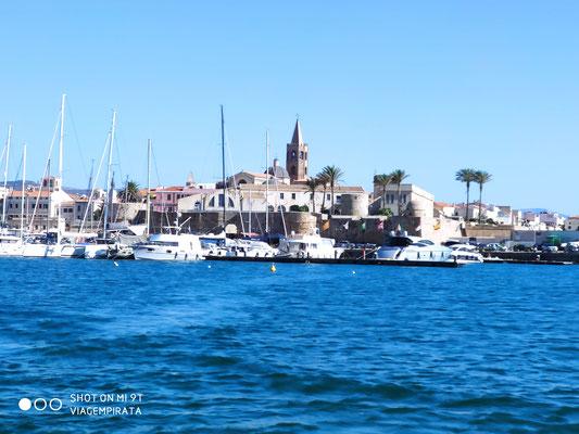 Alghero von See aus. Ein tolle Stadt in der immer Leben ist.