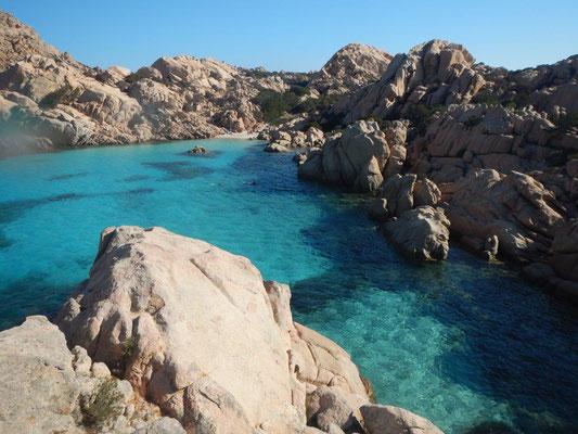 Von Italien / Sardinien nach Frankreich / Korsika segelt man durch das Maddalena - Archipel