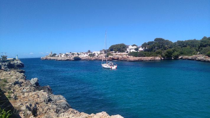 Die Ausfahrt von dem Naturhafen Ciutadella. Knuffiger Ort mit toller Altstadt. Kojencharter im Mittelmeer