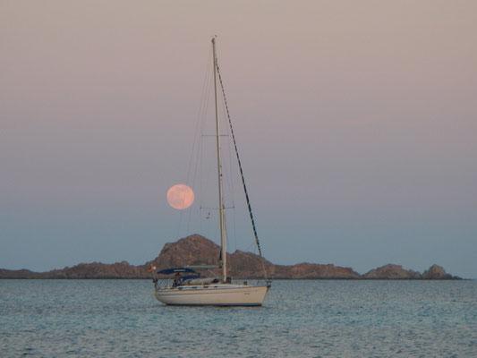 Segelyacht vor Mondaufgang. Romantik auf dem Segeltörn ab Sardinien