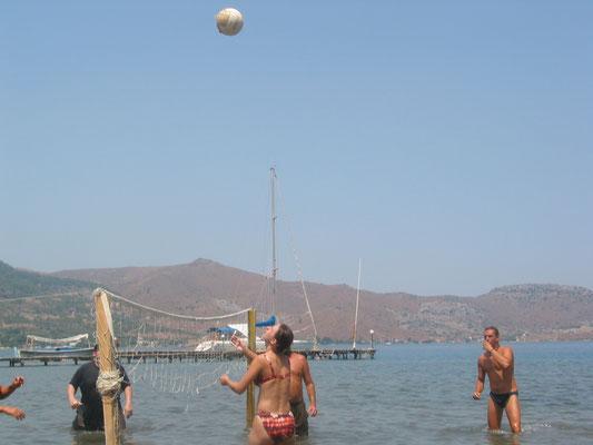Bei 40 Grad macht Volleyball im Knie tiefem Wasser so richtig Spaß!