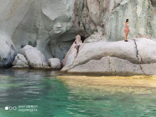 Bizarre Felsen sind ein Markenzeichen der fantastischen Buchten von Sardinien