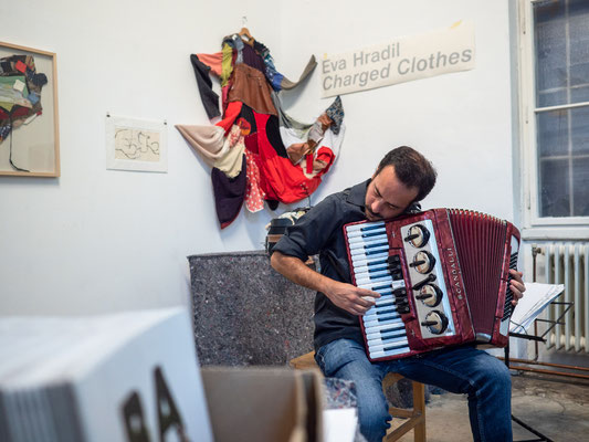 "Vernissage ""Charged Clothes"" Alan Haksten /Buenos Aires (accordeon) Foto: Kay von Aspern"