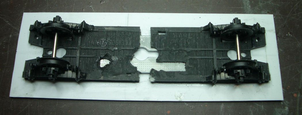 Außerdem ein MT-Fahrwerk, hier schon einmal zugesägt und auf eine Bodenplatte geklebt.