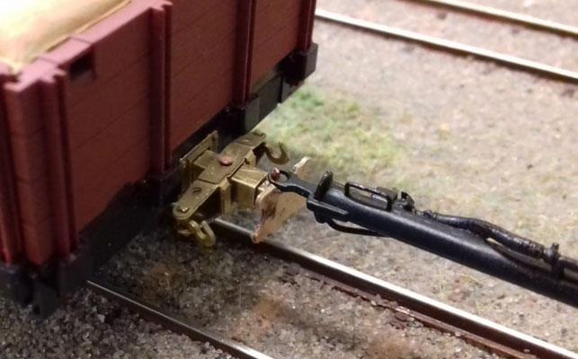 Die Aussparung im Pufferteller ermöglicht das Einhängen einer Kuppelstange für Rollwagenbetrieb.