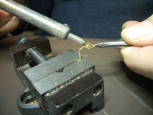 Zwischendurch können schon mal neue Tritte  aus 0.8mm gebogen und mit kleinen Blechabschnitten für die Trittfläche verlötet werden.