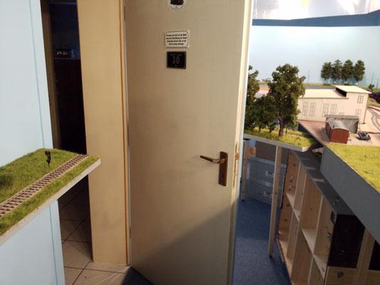 Beim Öffnen der Tür gleitet das Modul an der Tür entlang. Bergen Ost liegt 30mm höher als die Strecke, so kann die Modulspitze  unter das Bahnhofmodul schwenken