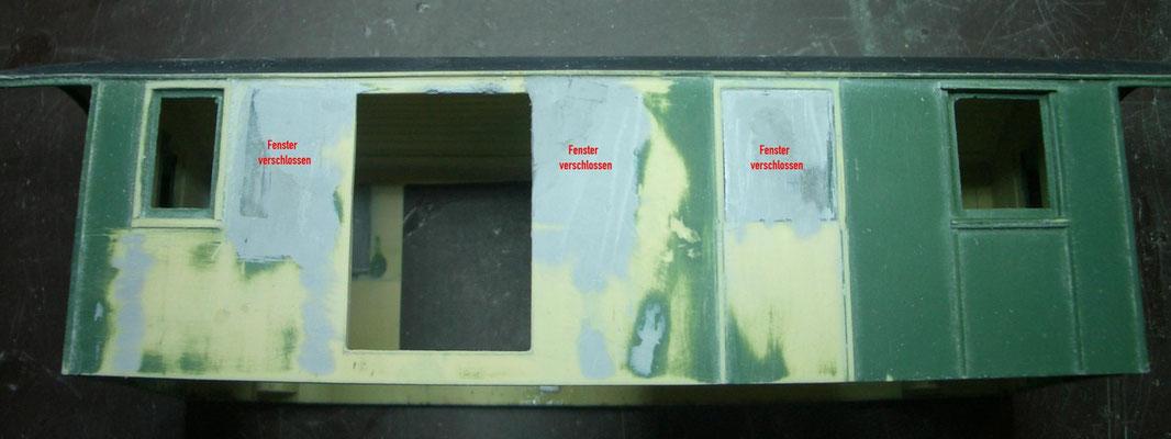 Die Seitenwände des Gehäuses sind umfangreich zu bearbeiten: Fenster verschliessen und Loch für Tür sägen.