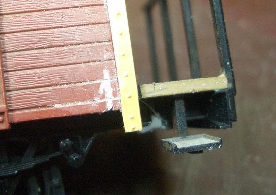 Die Sägeschnitte in den Seitenwänden verspachteln und Fugen nachziehen.